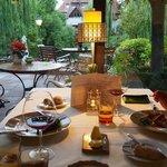 食卓が庭の景色に溶け込む・・・♪