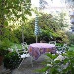 Tavoli e sedie in giardino: ideale per una pausa nel verde