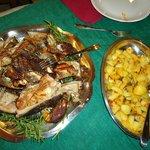 Buen cochinillo sardo con patatas.