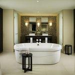 Jacuzzi Oceanfront Jr. Suite Bathroom