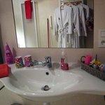 cabinet de toilette de la suite rose avec ses 4 peignoirs!