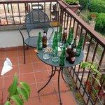 Hier fehlen noch mind. 10 braune Bierflaschen, die vom Nachtportier um 22.30h unseren Nachbarn i