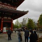 Senso-ji Tempel mit Hotel im Hintergrund