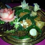 farandoles d'entrées, salade de poisson chat, noix de saint jacques, crabe...
