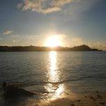 Sol nascendo na praia em frente ao quarto