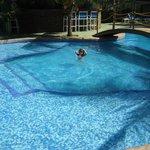 Sophia disfrutando de la piscina