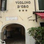 Para chegar no Anastasia, passe pelo arco ao lado do Violino D'Oro
