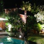 au bord de la piscine, le soir