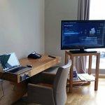 Arbeitsbereich und TV mit Features