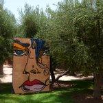 Dans le parc de l'hôtel, palmiers et oeuvres se côtoient avec brio
