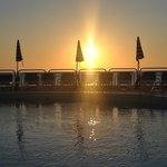 Coucher du soleil Piscine face à la mer...