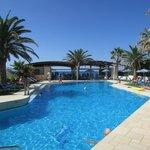бассейн отеля Eva Bay, за ним - пляж