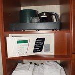 Kit de bienvenida, caja de seguridad, toallas extra.