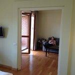 Blick zum leicht abgetrennten Wohnzimmer