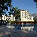 Отель и бассейн. Вид со стороны моря