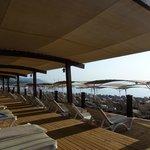 Пляж отеля. Вид с деревянного настила.