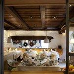 """Blick auf einen der Restauranträume des """"Wilden Kaisers"""""""