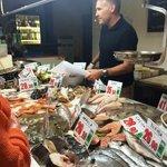 Você escolhe, ele pesa. Pode pedir 1 camarão se quiser.