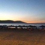 la plage de l'hotel au soleil couchant