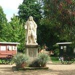 La statua del naturalista Hans Sloane nel centro del giardino