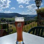 je wordt verwelkomd met een biertje op het heerlijke terras met schitterend uitzicht