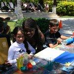 Lucia pintando en la piscina con la bella Isabel