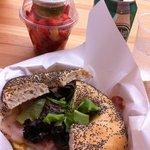 Bagel du mois : guacamole, bacon, salade...+ salade de fruits+boisson