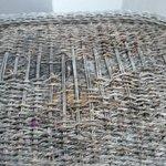 Mesa de la terraza rota y sucia.