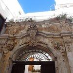 Melissa Muldoon la studentessa matta detail of arch of ospedale, Piazza Guglielmo Marconi