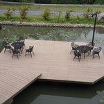 Restaurante a orillas de un pequeño lago artificial