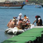 zo komen de toeristen van de boat tours aan wal