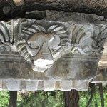 gebeeldhouwde figuren op de stenen