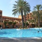 Вид отеля с бассейна