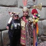Indio com roupa típica nas ruas de Cusco