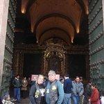 Porta da Igreja Matriz  em Cusco com altares todos em ouro
