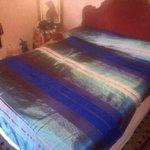 Esta es la mini habitacion y la colcha que tuve que comprar para poder dormir