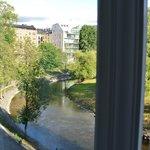 Vue sur la rivière par la fenêtre du salon