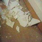 yatarken üzerimize düşen tavan parçaları