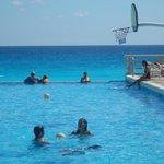 la piscina y el mar