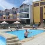 piscina y vista posterior hotel