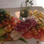 Zander im Speckmantel auf Tomatencarpaccio, dazu Würfelkartoffel und Pesto