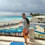 al fondo la super playa de cancun
