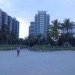вид на отель со стороны пляжа