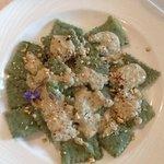 I ravioloni di erbette e sarazzu con salsa di nocciole locali