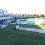 Una piscina di 15 m circondata da un prato infinito Non si poteva far più grande?