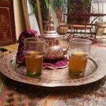 El te de bienvenida en el patio