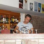 Хозяин отеля Христос за стойкой летнего бара