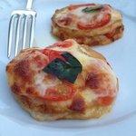 Melanzanetörtchen mit Scamorzakäse und Tomatensauce lecker