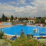 Vue de la piscine devant l'hôtel