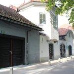 宿の前の通り。右奥の建物に「H2Hostel」の青い看板